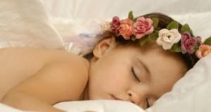 fille fleur dort