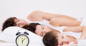 parents et enfant qui dorment