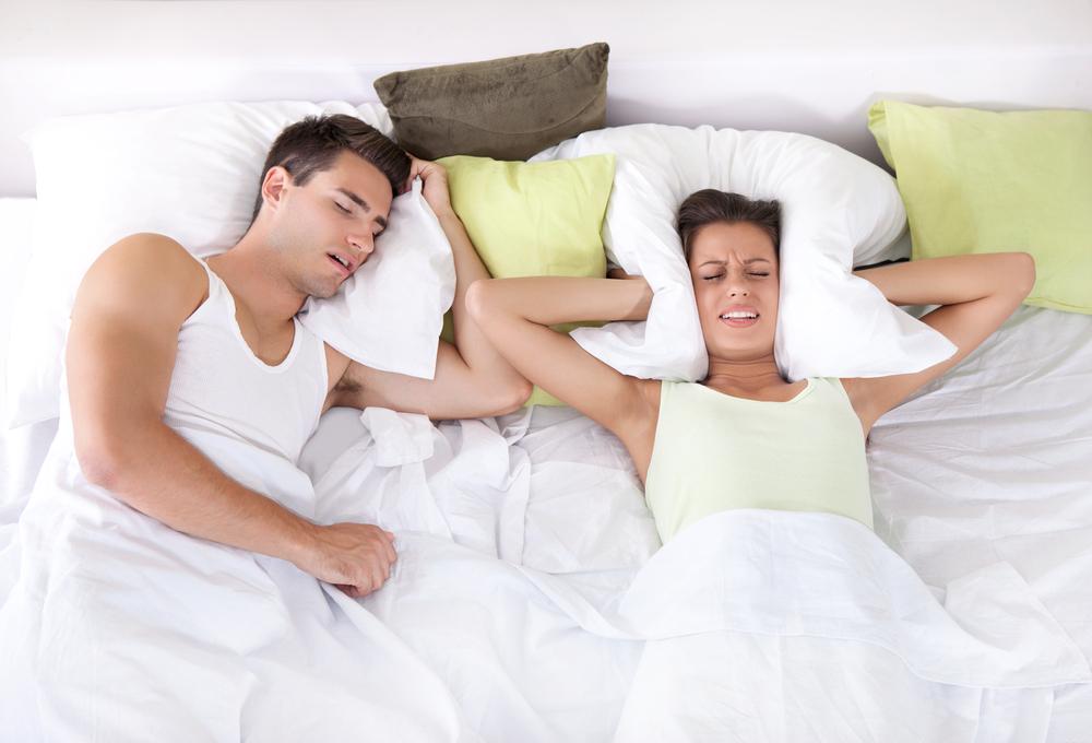 9 méthodes pour éviter les ronflements de ton homme - drôles de mums