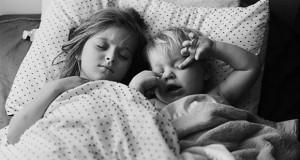 enfants-dorment-dans-meme-chambre