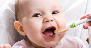 bebe-mange-comme-adulte