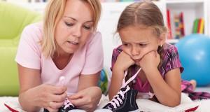 aider-son-enfant-faire-lacets