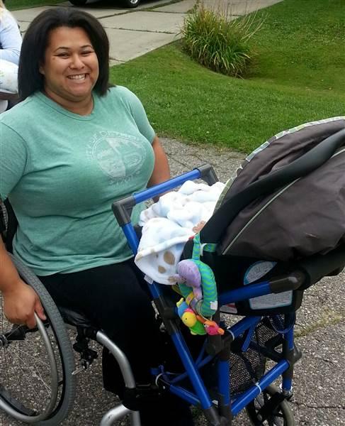 un tudiant cr une poussette sp cialement pour les mamans en fauteuil roulant dr les de mums. Black Bedroom Furniture Sets. Home Design Ideas