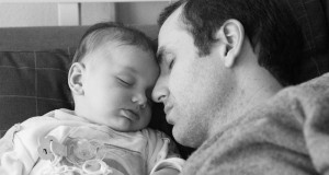 portrait-peace-baby-family-family-son-parent-father-father-sleep-dad-bw-fathers-day-parental-leave_t20_ggv7v3
