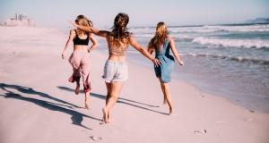 summer-running-fun-ocean-playful-freedom-vacation-girls-friends-cheering_t20_e8k1pl